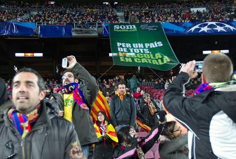 Asteazkeneko partidan Nou Camp futbol zelaian zabaldutako pankarta.
