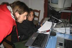 Joves del Grup d'Esplai l'Esparver<br>a les instalacions de Ràdio Trama<br>gravant un dels últims 'Esplaia't'.