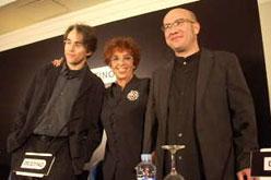 Maruja Torres, guanyadora del Premi Nadal, amb Gaspar Hernández i el finalista del Nadal Rubén Abella