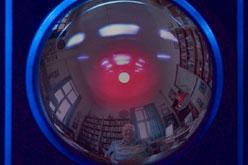 L'autor Arthur C. Clarke, reflectit al Hal 9000.
