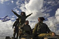 Soldats israelians abandonant la zona, ahir.