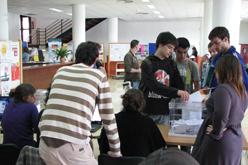 Estudiants de la UIB votant en el referèndum d'ahir.