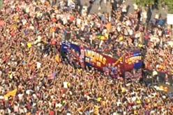 L'autocar del Barça s'obre pas entre la multitud.