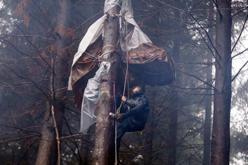 Joves activistes acampats al bosc de Sant Hilari.