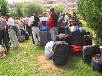 Temporers colombians i romanesos arriben a Torroella de Montgrí, al Baix Empordà, per participar en la campanya de recollida de fruita. Foto: MIQUEL RUIZ
