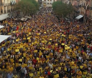 Les places de tot Catalunya s'omplen contra el TC