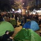 Els acampats davant la delegaci� del govern espanyol a Barcelona entonen 'L'estaca'