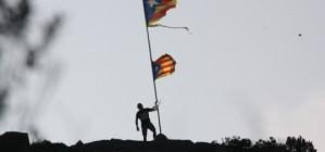 Un jove substitueix l'estelada mutilada pels militars a Sant Pere de Rodes